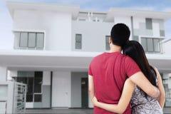 Par som ser det nya hemmet arkivfoton