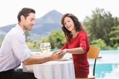 Par som ser förlovningsringen Arkivfoto