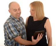 Par som ser minnestavladatoren royaltyfria foton