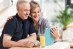 Par som ser något på minnestavlan och att le arkivfoto