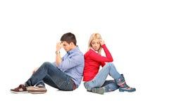 Par som sitter ha after ett argument royaltyfri foto