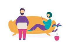 Par som sitter p? soffan med b?rbara datorn och smartphonen royaltyfri illustrationer