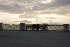 Par som sittting på bänken Fotografering för Bildbyråer