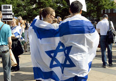 Par som slås in i israelisk flagga på den offentliga protesten mot Hamas Arkivfoto