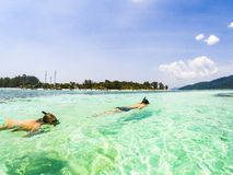 par som snorklar i det klara blåa havet arkivbild