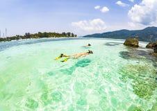 par som snorklar i det klara blåa havet fotografering för bildbyråer