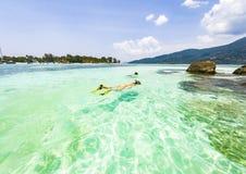 par som snorklar i det klara blåa havet arkivbilder