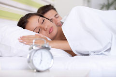 Par som sover säng Royaltyfri Bild