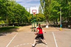 Par som spelar basket på den utomhus- domstolen Royaltyfri Bild