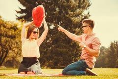 Par som spelar lekar parkerar in Arkivbilder