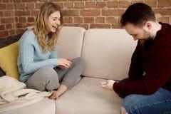 Par som spelar med kort Arkivbilder