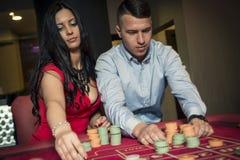 Par som spelar rouletten royaltyfri fotografi