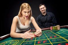 Par som spelar roulettsegrar på kasinot Arkivbild