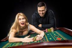 Par som spelar roulettsegrar på kasinot Royaltyfri Fotografi