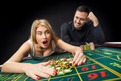 Par som spelar roulettsegrar på kasinot Royaltyfria Foton