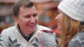 Par som spenderar rolig tid på julen, marknadsför, mannen som skrattar och talar till en kvinna, lycklig ung familj glatt stock video