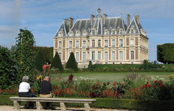 Par som stirrar på franskaslottet. Royaltyfria Foton