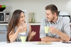 Par som talar i kök Royaltyfri Bild