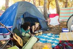 Par som talar, medan koppla av i tält Arkivfoton