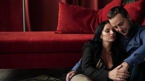 Par som talar nära soffan arkivfilmer
