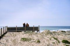 Par som talar nära stranden royaltyfri bild