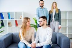 Par som talar till psykoterapeuten royaltyfria bilder