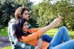 Par som tar bilden med iphone Royaltyfri Foto