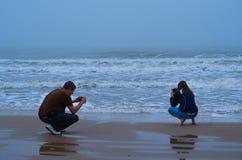 Par som tar bilder av bränningen Royaltyfria Foton