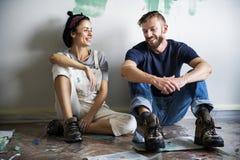 Par som tar ett avbrott från målning arkivbilder