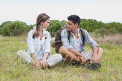 Par som tar ett avbrott på landskap Arkivbild