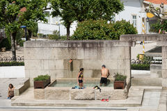 Par som tar ett bad i Luso mineralvattenar fotografering för bildbyråer