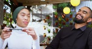 Par som tar fotoet i kafeterian 4k lager videofilmer