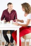 Par som tar kaffeavbrottet Arkivbild