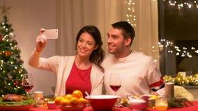 Par som tar selfie den hemmastadda julmatställen lager videofilmer