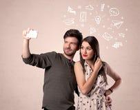 Par som tar selfie med illustrerade tankar Royaltyfri Bild