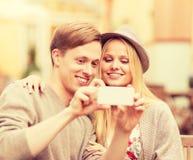 Par som tar selfie med smartphonen Arkivfoto