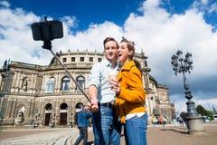 Par som tar selfie på Semperoper i Dresden arkivfoton