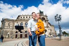 Par som tar selfie på Semperoper i Dresden fotografering för bildbyråer