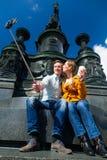 Par som tar selfie på Theaterplatz i Dresden arkivfoto