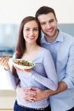 Par som äter sallad Arkivbild