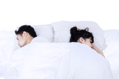 Par som tillbaka sover på baksida i säng royaltyfria foton