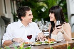 Par som tillsammans äter middag Royaltyfri Foto
