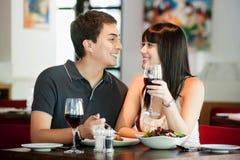 Par som tillsammans äter middag Arkivbilder