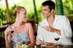 Par som tillsammans äter middag Royaltyfria Foton
