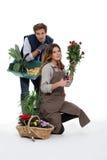 Par som tillsammans arbeta i trädgården Royaltyfri Fotografi