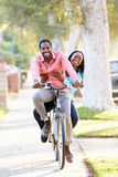 Par som tillsammans cyklar längs den förorts- gatan Royaltyfria Foton