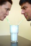 par som tillsammans dricker Royaltyfri Foto