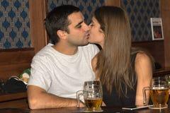 Par som tillsammans dricker och har gyckel arkivfoton