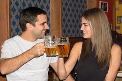 Par som tillsammans dricker och har gyckel Arkivbild