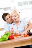 Par som tillsammans förbereder frukosten Arkivbild